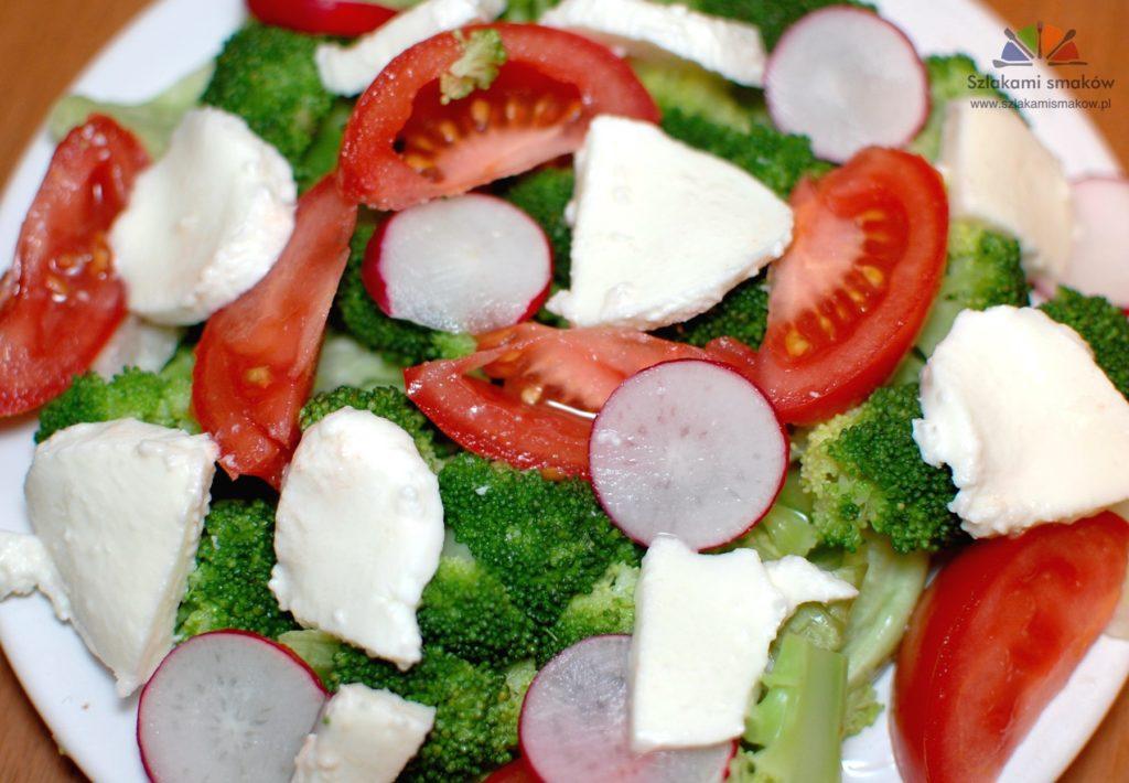 Sałatka z brokułami i mozzarellą Blog kulinarny szlakamismakow.pl