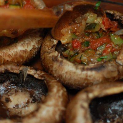 Pieczarki portobello nadziewane cukinią i pomidorami zapieczone z mozzarellą www.szlakamismakow.pl