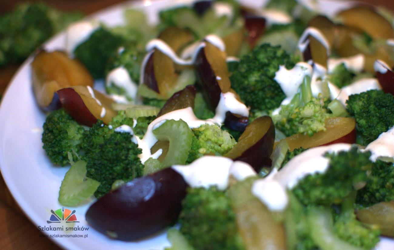 Sałatka brokułowa ze śliwkami
